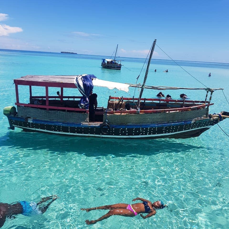 Kisite Mpunuti aqua azure clear waters